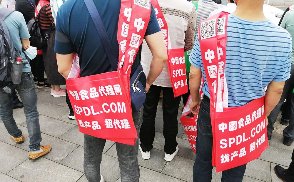 背上红色宣传袋,连背影都那么帅