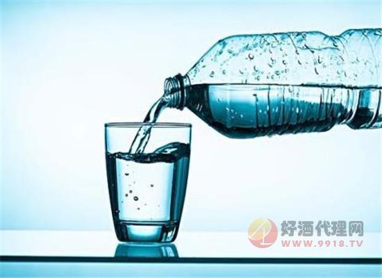 為什么礦泉水是喝醬酒的標配