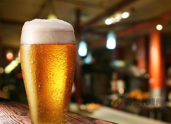 炎炎夏日,啤酒特别受人欢迎,被不少人当做消暑的必备饮品。啤酒含有丰富的氨基酸和维生素,且能开胃健脾、解暑消热,的确适于夏季饮用。那么啤酒的种类有哪些,各自所具备的特点是什么呢,下面让我们一起来看一下。 生啤酒:又叫鲜啤酒,这种啤酒不经过杀菌,具有独特的啤酒风味,但是不容易保存。在生啤酒的基础上又有一种纯生啤酒,纯生啤酒不经过杀菌,但是在加工过程中需要进行严格的过滤程序,把微生物、杂质除掉,存放几个月也不会变质,受到了广大消费者的青睐。由于酒中活酵母菌在灌装后,甚至在人体内仍可以继续进行生化反应,因而这种啤酒喝了很容易使人发胖,比较适于偏瘦人群饮用。 熟啤酒:杀了菌之后的啤酒叫熟啤酒。因为酒中的酵母已被加温杀死,不会继续发酵,稳定性较好,所以偏胖人群饮用较为适宜。 干啤酒:这种啤酒源于葡萄酒,酒中所含的糖的浓度不同,普通的啤酒还会有一定糖分的残留,干啤酒使用特殊的酵母使剩余的糖继续发酵,把糖降到一定的浓度之下,就叫干啤酒。适合怕发胖和有糖尿病的病人饮用。当然对有糖尿病的人还是不主张饮酒。 低醇和无醇啤酒:利用特制的工艺令酵母不发酵糖,只产生香气物质,除了酒精,啤酒的各种特性都具备,滋味、口感都很好。普通的啤酒酒精度是3.5%左右,无醇啤酒一般酒精度控制在1%以下,不是说一点酒精含量都没有。这类啤酒属于低度啤酒,只是它的糖化麦汁的浓度和酒精度比低醇啤酒还要低,所以很适于妇女、儿童和老弱病残者饮用。 运动啤酒:普通人喝水补充水分,运动员除了失水,还失去身体里很多微量元素,根据运动员自身情况,在啤酒里面加入运动员需要的微量元素和营养物质,比赛结束后可以喝运动啤酒来恢复体力。适合做完体育运动之后的人们来补充失去的养分。 从上面我们也是知道了,啤酒种类的有很多,我们在生活中喝酒还是要注意适量,我们是要在保证我们的身体健康的前提下饮酒,千万不要酒驾。