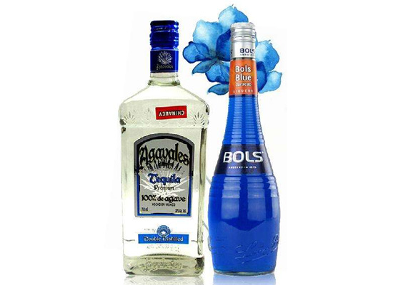 蓝色玛格丽特鸡尾酒怎么喝?将盐卷入口中怕了吗?