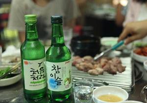 韩国人吃饭喝烧酒