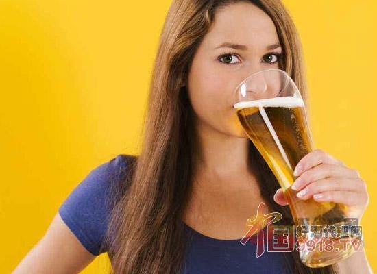 喝啤酒的女人