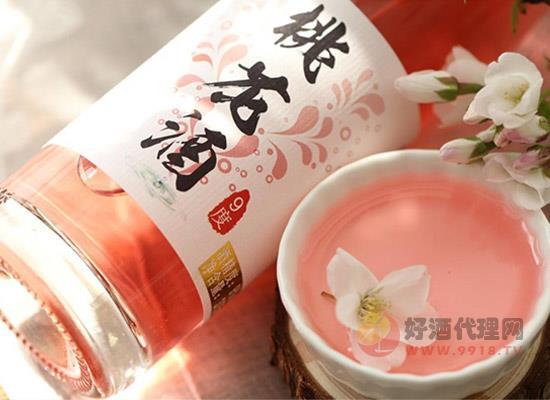 阳春三月,桃花盛开,赏花之余亲手做一杯桃花酒也是十分不错的,那你知道桃花酒该怎么做的吗?今天小编就给大家介绍一下桃花酒的制作方法吧!  图:桃花酒 1、将采集的桃花浸泡在淡盐水中清洗,洗净之后浸泡一段时间之后,将桃花捞出去水沥干,备用。 2、准备好制作桃花酒的器皿和材料(清酒,醪糟,白糖/冰糖更好),开始装瓶。 3、先铺一点白糖,然后再开始将桃花一点一点放进瓶中(桃花极苦,加糖是必要的)。然后加酒直至淹没桃花;醪糟混合清酒、白糖,满满的都是散落的花瓣,非常漂亮。 4、密封保存六十天,漫长的等待终会换来意想
