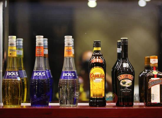"""越来越多的人喜欢喝""""洋酒"""",它能否撼动白酒的地位?"""
