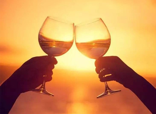 喝酒碰杯的由來,難怪古人喝酒的時候都碰杯