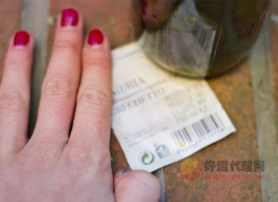 怎么撕酒标,只需一招就能轻松完整的撕掉酒标