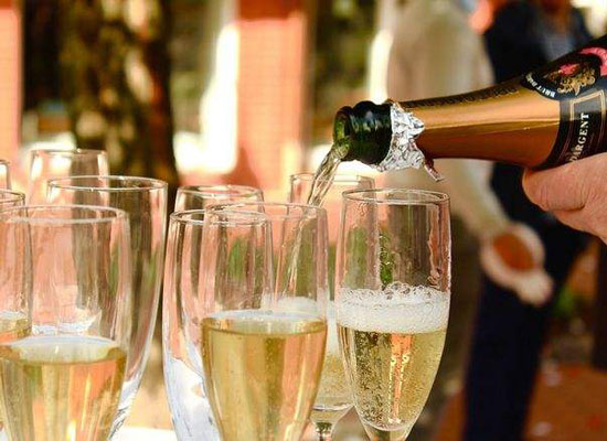 香槟酒的主要原料是什么,香槟酒的起源和酿造方法