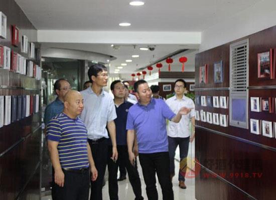 河南日報報業集團蒞臨青天科技參觀交流,對好酒代理網的運營模式充滿贊譽