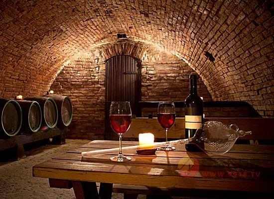 飲用葡萄酒時為什么要吐酒,優雅吐酒的做法有哪些