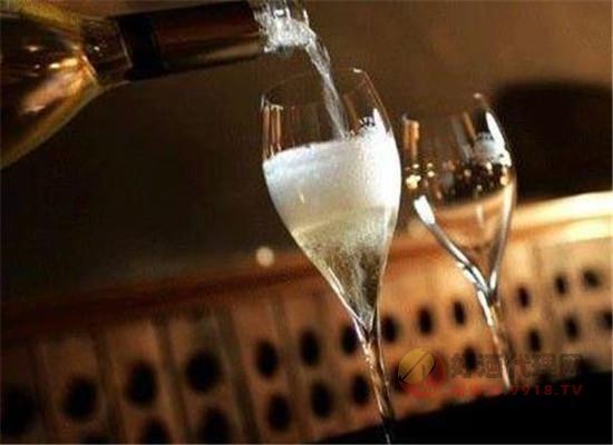 香槟的酒精度数一般为多少,容易喝醉吗