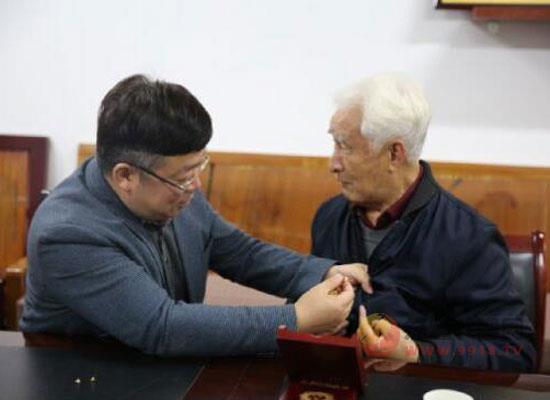 """茅臺老領導季克良獲頒""""國成立70周年""""紀念章!"""