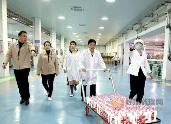 總經理李靜仁:把好茅臺酒生產質量的最后關口!