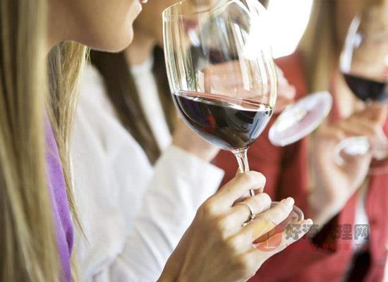 如何优雅的倒酒,喝葡萄酒的三点酒桌礼仪
