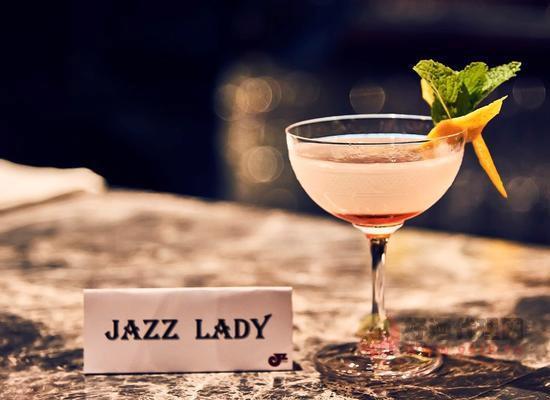 周末去酒吧適合點什么酒,哪些佳釀值得品嘗