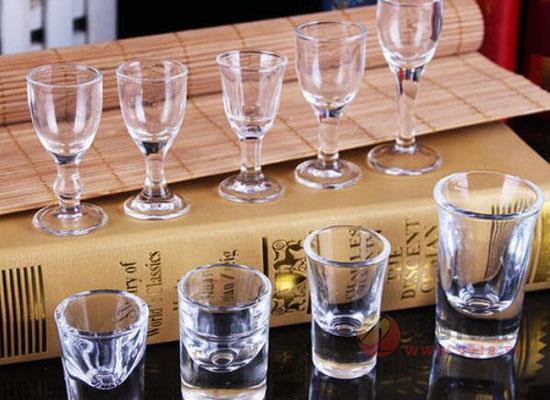 曲线型比直筒型饮酒更快,酒杯对饮酒速度的影响