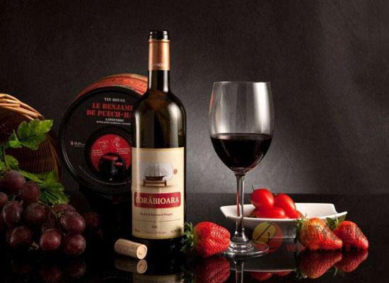 喝葡萄酒的時候,哪些東西一定不能吃?