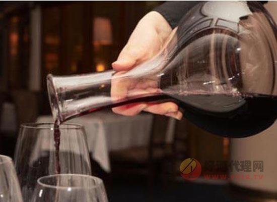 葡萄酒的餐桌禮儀:敬酒和醒酒文化