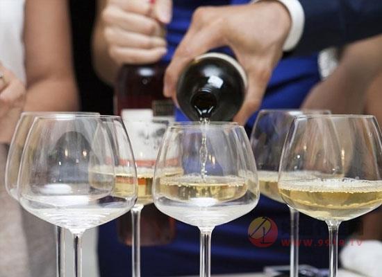白葡萄酒的热量高吗,红白葡萄酒哪种热量更高